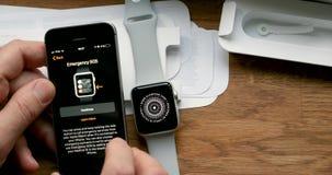 Fijando nuevo Apple mire el ordenador usable del smartwatch con el SE del iPhone almacen de metraje de vídeo