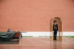 Fije al guardia de honor en la llama eterna en Moscú Imagen de archivo libre de regalías