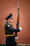 Fije al guardia de honor en la llama eterna en Moscú Fotografía de archivo
