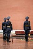 Fije al guardia de honor en la llama eterna en Moscú Fotografía de archivo libre de regalías