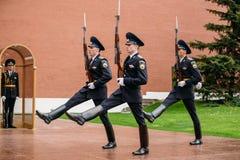 Fije al guardia de honor en la llama eterna en Moscú en Imagenes de archivo