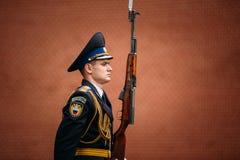 Fije al guardia de honor en la llama eterna en Moscú en Imagen de archivo