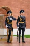 Fije al guardia de honor en la llama eterna en Moscú en Fotografía de archivo