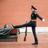 Fije al guardia de honor en la llama eterna en Moscú en Foto de archivo
