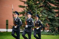 Fije al guardia de honor en la llama eterna en Moscú en la tumba de t Fotos de archivo libres de regalías