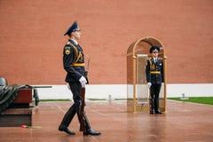 Fije al guardia de honor en la llama eterna en Moscú, Rusia Imagen de archivo