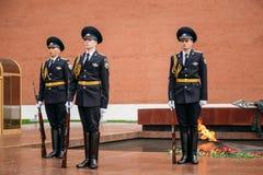 Fije al guardia de honor en la llama eterna en Moscú, Rusia Fotos de archivo