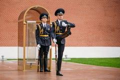 Fije al guardia de honor en la llama eterna en Moscú, Rusia Foto de archivo