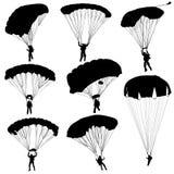 Fije al skydiver, vector que se lanza en paracaídas de las siluetas Foto de archivo libre de regalías