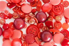 Fije de color rojo de costura de los botones Fondo foto de archivo