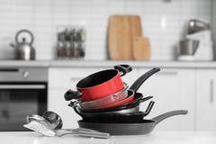 Fije de cookware y de utensilios limpios en cocina foto de archivo