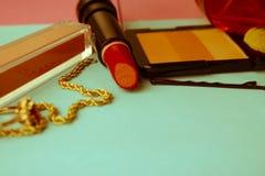 Fije de cosméticos femeninos de la barra de labios, highlighter, trazador de líneas del labio, cepillos, cepillos, perfume, polvo imágenes de archivo libres de regalías