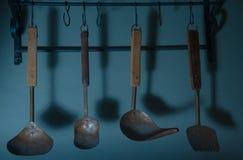 Fije de diversas cucharas viejas fotos de archivo libres de regalías