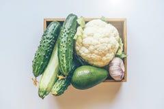Fije de diversas verduras en una caja de madera imágenes de archivo libres de regalías