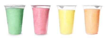 Fije de diverso caramelo de algodón delicioso colorido en tazas plásticas en blanco fotografía de archivo libre de regalías