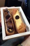 Fije de dos eclairs de las tortas de caramelo blanco de la leche de diversos gustos y de chocolate browny negro, muy sabroso y ap foto de archivo