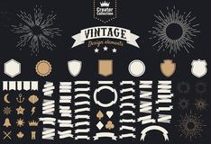 Fije de 74 elementos del diseño del vintage Elementos del diseño para los logotipos, insignias, etiquetas Iconos, banderas de la  ilustración del vector