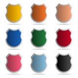 Fije de escudos coloreados en el fondo blanco Icono de la seguridad Icono de la protección Ilustración del vector para su agua du ilustración del vector