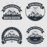 Fije de etiquetas, de insignias, de logotipos o de emblemas del vintage de la aventura de la montaña ilustración del vector