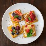 Fije de galletas con el diverso primer de la fruta en la placa blanca Visión superior fotos de archivo