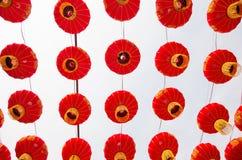 Fije de la circular china roja de las linternas Lámparas en el fondo blanco fotos de archivo libres de regalías