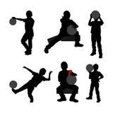 Fije de la silueta negra del niño con la bola y de la poder de la bebida en el fondo blanco libre illustration