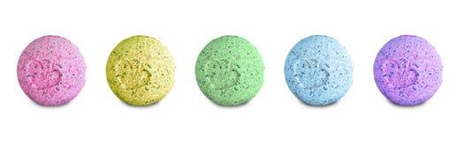 Fije de las bombas coloreadas del baño aisladas en el fondo blanco foto de archivo