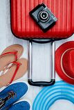 Fije de los accesorios coloridos para las vacaciones de verano activas Concepto del blogger del viajero o del blogger de la mujer foto de archivo