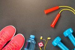 Fije de los accesorios de los deportes para el concepto de la aptitud con el equipo del ejercicio en fondo gris imágenes de archivo libres de regalías