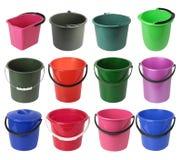Fije de los diversos cubos plásticos coloreados aislados en el fondo blanco imágenes de archivo libres de regalías