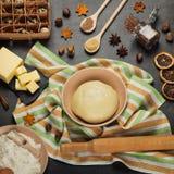 Fije de los productos para cocinar la pasta de levadura mullida foto de archivo libre de regalías