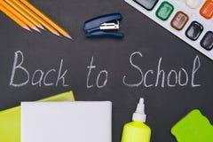 fije de los temas de escuela, pinturas, lápices, con la inscripción de nuevo a escuela imagen de archivo libre de regalías