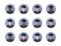 Fije de muchachos de los estudiantes en un casquillo graduado de diversos razas, nacionalidades y colores de piel, imagen en un c stock de ilustración