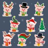 Fije de ocho etiquetas engomadas de cerdos lindos en diversos sombreros y bufanda de Santa Claus en el movimiento blanco Sientan  ilustración del vector