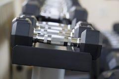 Fije de pesa de gimnasia negra Concepto del equipo de entrenamiento del peso fotos de archivo libres de regalías