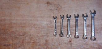 Fije de sistema aislado las herramientas mecánicas del zócalo de la variedad en un fondo de madera con el espacio de la copia par imagen de archivo libre de regalías