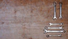 Fije de sistema aislado las herramientas mecánicas del zócalo de la variedad en un fondo de madera con el espacio de la copia par imagenes de archivo