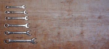 Fije de sistema aislado las herramientas mecánicas del zócalo de la variedad en un fondo de madera con el espacio de la copia par imagen de archivo