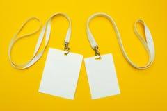 Fije de una etiqueta del nombre en un fondo amarillo Espacio para el texto y el dise?o fotografía de archivo libre de regalías