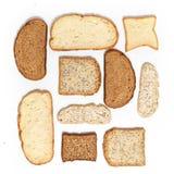 Fije de varias rebanadas de diverso pan en un fondo blanco fotografía de archivo