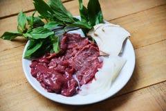 Fije de verduras del hígado y de la seta de la rebanada de la carne de vaca de la carne en la placa blanca para las comidas japon foto de archivo libre de regalías