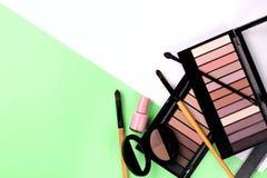 Fije del cosm?tico decorativo en una opini?n de top colorida del fondo imagen de archivo libre de regalías