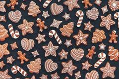 Fije del pan de jengibre en fondo de madera oscuro Galletas de la Navidad Endecha plana fotos de archivo