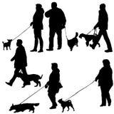 Fije el ilhouette de la gente y del perro en un fondo blanco Imagenes de archivo