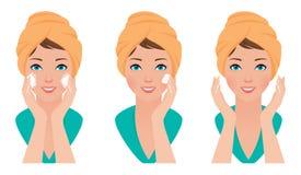Fije el lavado de la cara del cuidado de piel de la muchacha y el uso de la crema Imagen de archivo libre de regalías