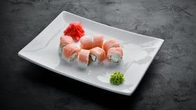Fije el rollo de sushi con los pescados y el queso Plato tradicional chino fotografía de archivo