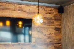 Fije la lámpara retra de edison en fondo de madera de la pared del desván imagen de archivo