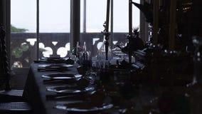 Fije la tabla de banquete en sitio oscuro almacen de metraje de vídeo
