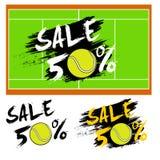 Fije la venta de las banderas el 50 por ciento con la pelota de tenis Imágenes de archivo libres de regalías