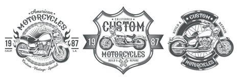 Fije las insignias negras del vintage del vector, emblemas con una motocicleta de encargo ilustración del vector